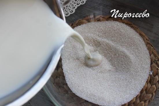 Кладем в миску сахар, дрожжи, перемешиваем