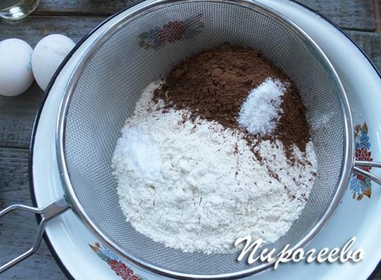 Все сухие ингредиенты для торта просеиваем через сито
