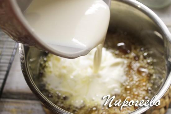 вливаем сливки в сахарный сироп