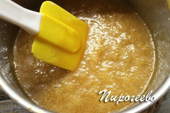 Помешиваем сироп со сливками, чтобы карамель скорее разошлась