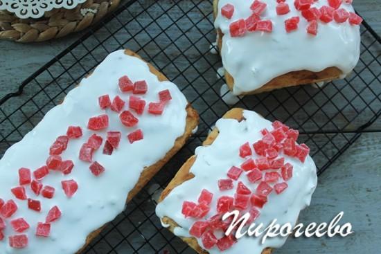 Поверхность выпечки украшаем цукатами или орехами