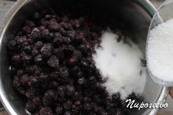 Добавляем сахар в ягодное пюре