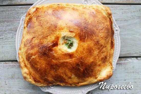 Пирог из слоеного теста с зеленым луком и яйцом в духовке