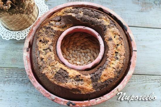 Мраморный кекс печется в духовке при 175 градусах
