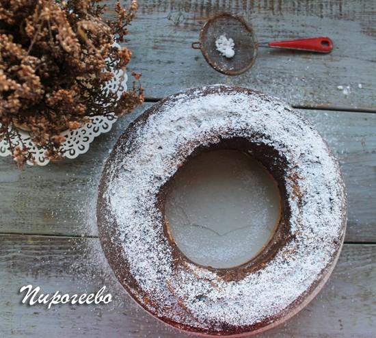 Присыпаем сахарной пудрой мраморный кекс