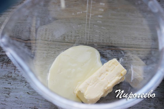 Сгущенное молоко взбиваем с размягченным маслом