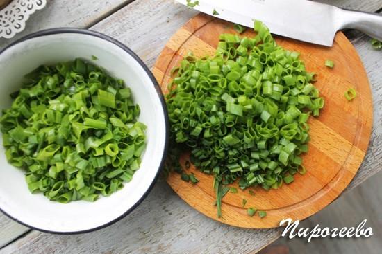 Нарезаем зеленый лук для пирога