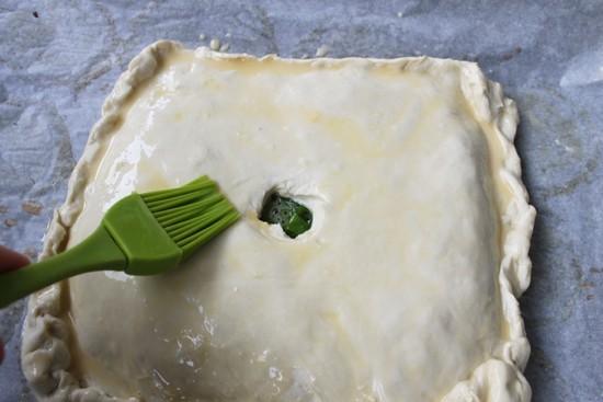 Смазываем поверхность пирога размешанным желтком
