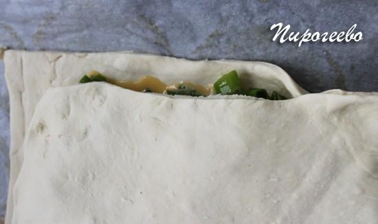 Защипываем края пирога как можно крепче