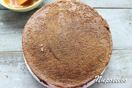 Покрываем торт еще одним коржом шоколадного бисквита
