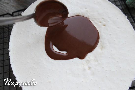 Поливаем шоколадной глазурью торт