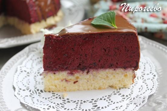 Муссовый торт в разрезе с зеркальной глазурью
