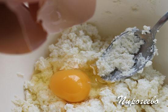 Добавляем яйца в творожную массу