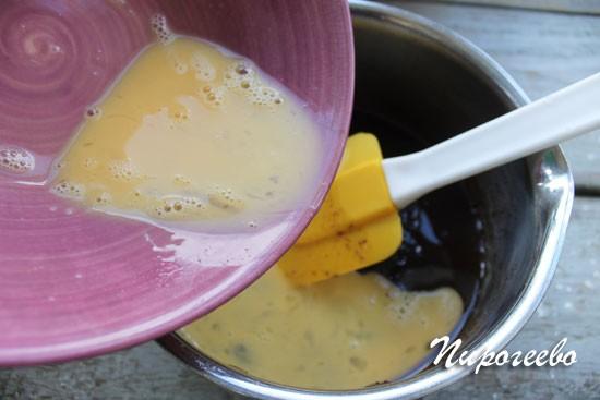 Вылейте яйцо в смесь с сахаром