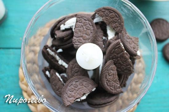 Разломите печенье Орео на кусочки