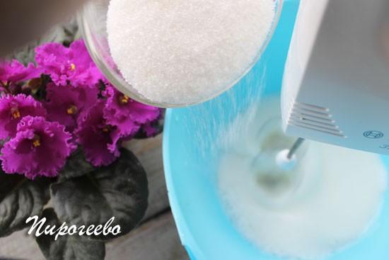 Небольшими порциями всыпаем сахарный песок