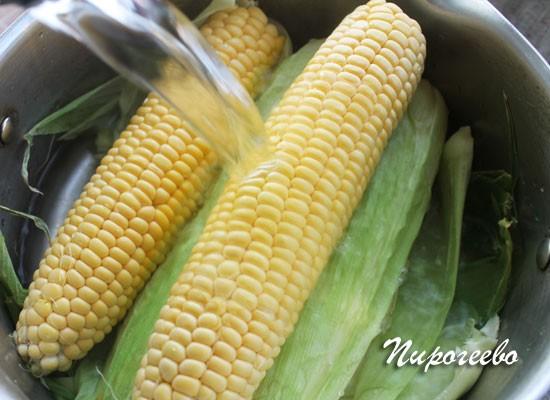 Заливаем кипятком кукурузу в кастрюле