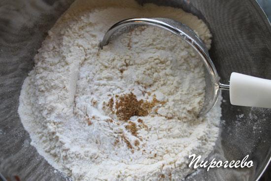 Смешиваем сухие ингредиенты для торта