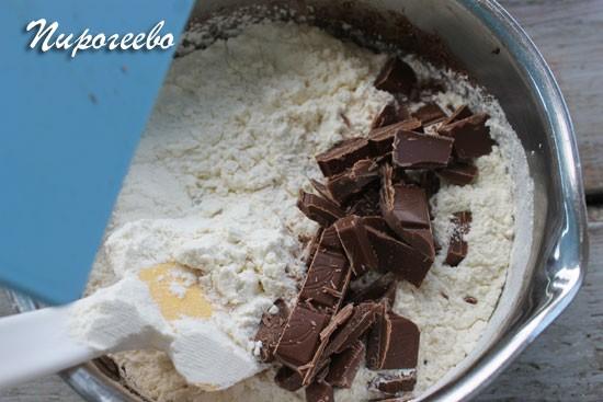 Смешайте шоколад и муку с общим тестом
