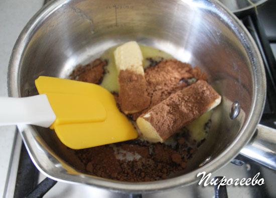 Поставьте на огонь сливочное масло и какао