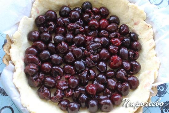 Выложить ягоды на дно коржа