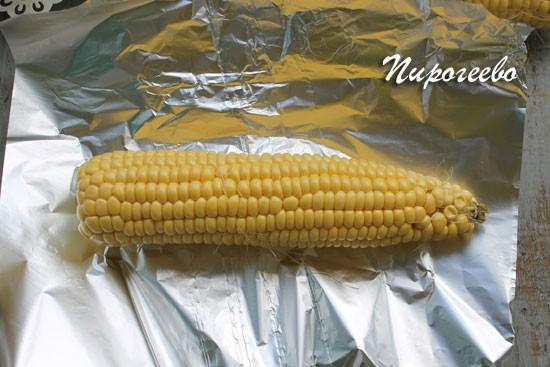 Укладываем початок кукурузы в фольгу