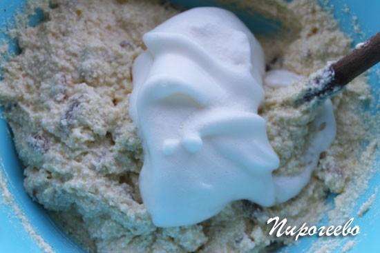 Добавляем белковую массу в тесто