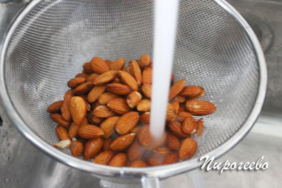 Пролить миндальные орехи холодной водой
