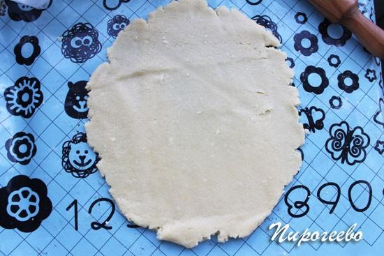 Раскатываем пласт теста толщиной 0,5 см