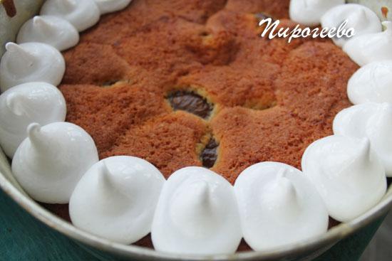 Выдавливаем безе на поверхность пирога