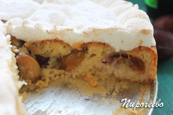 Пирог со сливами в разрезе