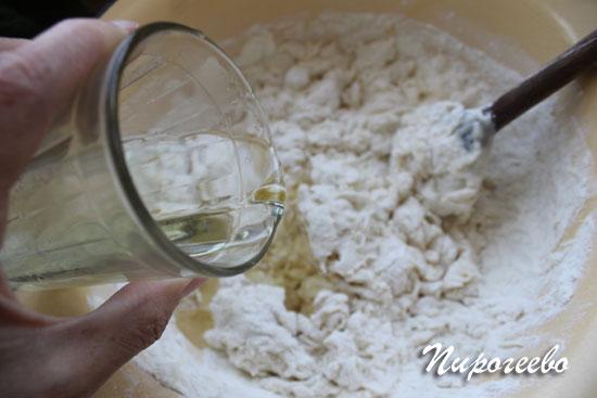 Добавляем растительное масло в тесто