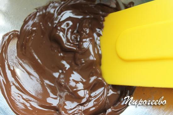 Шоколад нужно перемешивать, чтобы он плавился равномерно