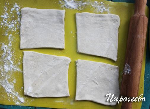 Раскатываем тесто на поверхности и разрезаем