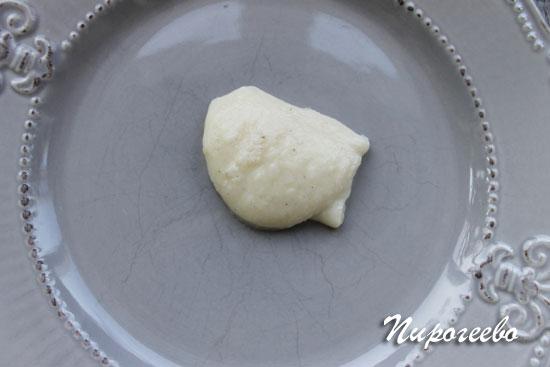 Накладываем небольшое количество крема на блюдо