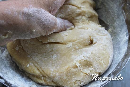Замешиваем мягкое эластичное тесто