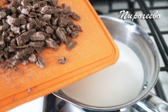 Измельчаем плитку шоколада на мелкие кусочки