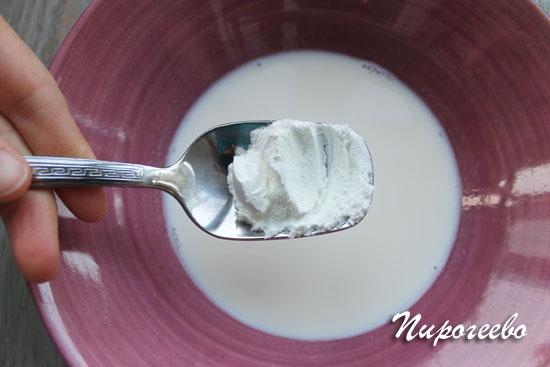 Добавляем крахмал в молоко и размешиваем