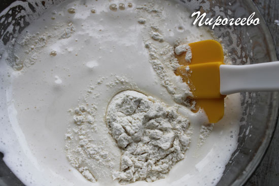 Добавляем сухие ингредиенты в тесто и перемешиваем