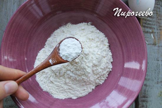 Смешиваем сухие ингредиенты в одной миске