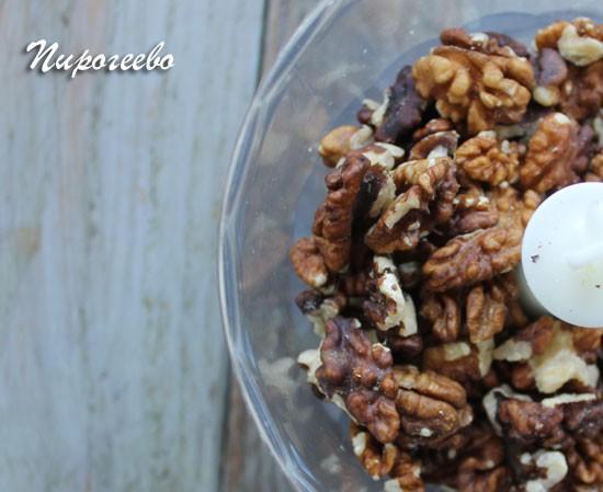 Измельчаем орехи в блендере в однородную муку