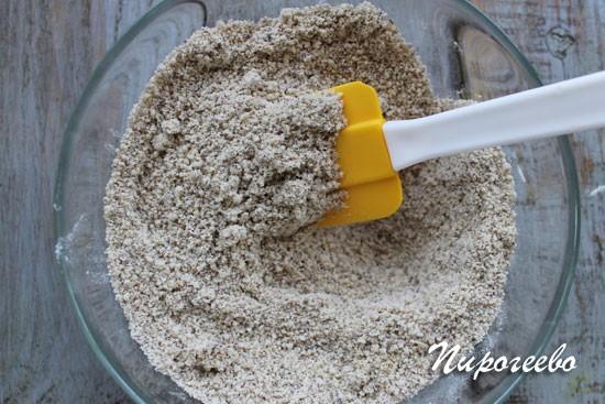 Перемешиваем с помощью лопатки сухую смесь