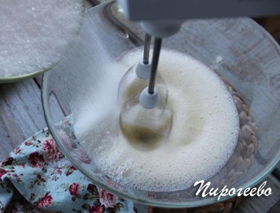 Добавляем сахарный песок небольшими порциями