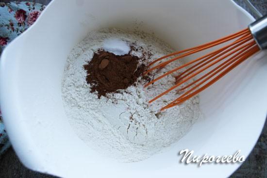 Соединяем все сухие ингредиенты в миске и перемешиваем