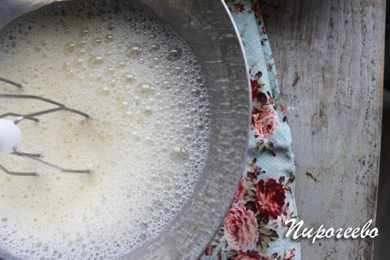 Взбиваем яйца в белоснежную пену