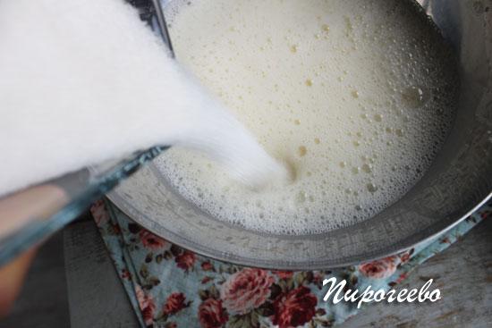 Добавляем сахарный песок во взбитые яйца