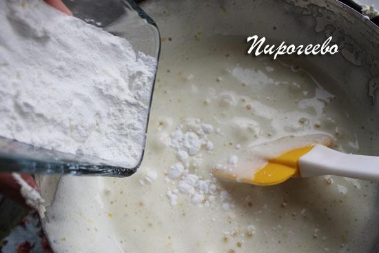 Добавляем кукурузный крахмал в миску с тестом