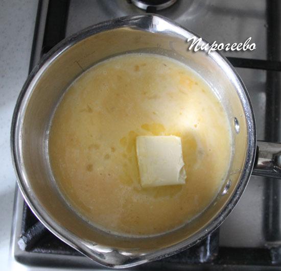 Растапливаем сливочное масло в сотейнике