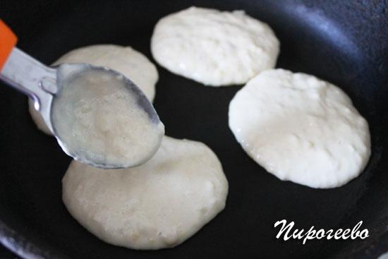 Выкладываем тесто на сковороду с помощью ложки для мороженого