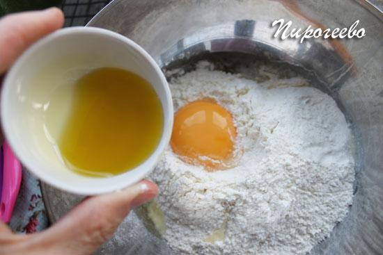 Добавляем растительное масло в тесто для панкейков